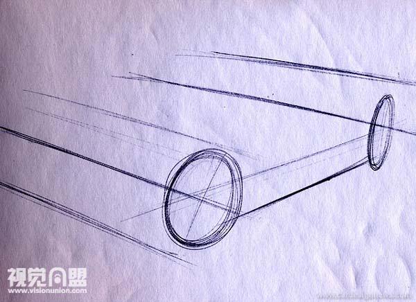 例3:全两点透视 全两点透视是3个例子里最难的。所以在动手画这种草图之前我通常先在脑子里对设计有个大概的想法。然而学习全两点透视是很必要的,因为简化视点的草图无法完全解决车所有的面。在图中你可以看到用这种透视意味着that all parallel lines running both down the body side and across the front or the rear of the vehicle will converge.