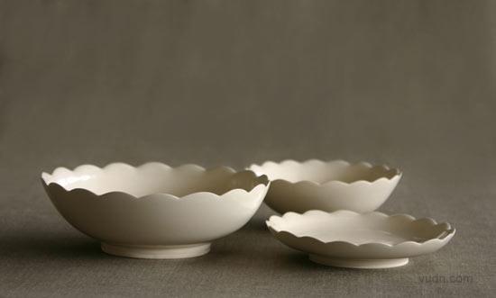 郎图的陶艺师Coe&Waito最新设计的作品灵感来源于自然的形态结构,且都采用手工制作。  Coral花瓶  Coral是一款矮胖的花瓶,顶上有高低起伏的纹理,表面光滑亮泽。  大号的碗  Scalloped盘子  Scalloped系列有三个不同尺寸,盘口处采用贝壳形做装饰。