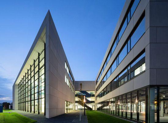 自1991年以来,柏林-Adlershof已发展成为德国最成功的高科技网站之一。正是在这里,中心光伏提供崭露头角的公司机会租赁实验室的各种组合,技术和适合其特定需要的办公空间。十八个单位分散在九个相同的模块配备用以研究相同的标准,新工艺和新产品的开发设计。   在一楼是一个桥式起重机以及共享使用技术中心车间,以上是三个同样大小的两层模块的办公室和实验室。用户有一家餐厅的使用,扩展了餐厅在附近的选择范围。在大厅的屋顶覆盖发电大型光伏测试区。块与块之间,行人的屋顶花园的优化建设,为员工提供的空间来放松一下