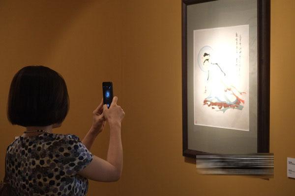 观众拍摄常沙娜少年时临摹的敦煌壁画图片