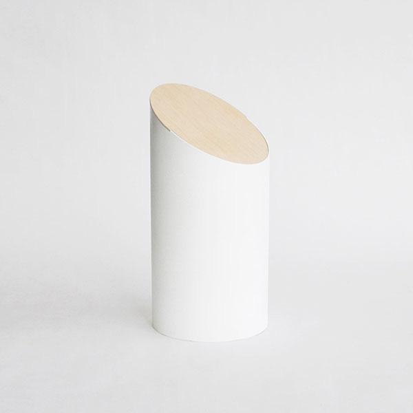 我们身边的任何产品都需要精心的设计,即使是垃圾桶也不例外,Shigeichiro Takeuchi设计的这个简洁时尚垃圾桶采用了一个斜切的圆柱造型。非常的简洁,即使是颜色也用的非常简单。更让人吃惊的是,这个设计不需要螺丝等连接方式,只需要一个简单的结构和盖子下面的配重。用户只需要轻轻地将盖在放在垃圾桶上。当用户将垃圾放入其中,然后它会自己将盖子盖上,非常的方便,干净,时尚。如果在办公室或者家里放上这样几个垃圾桶,会感觉周围的一切都变得更加美好。