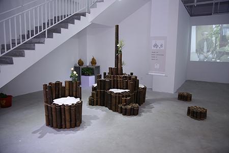 任雷先生熟悉木艺,他把金丝楠木,阴沉木和崖柏这些崇岭密林间的造化